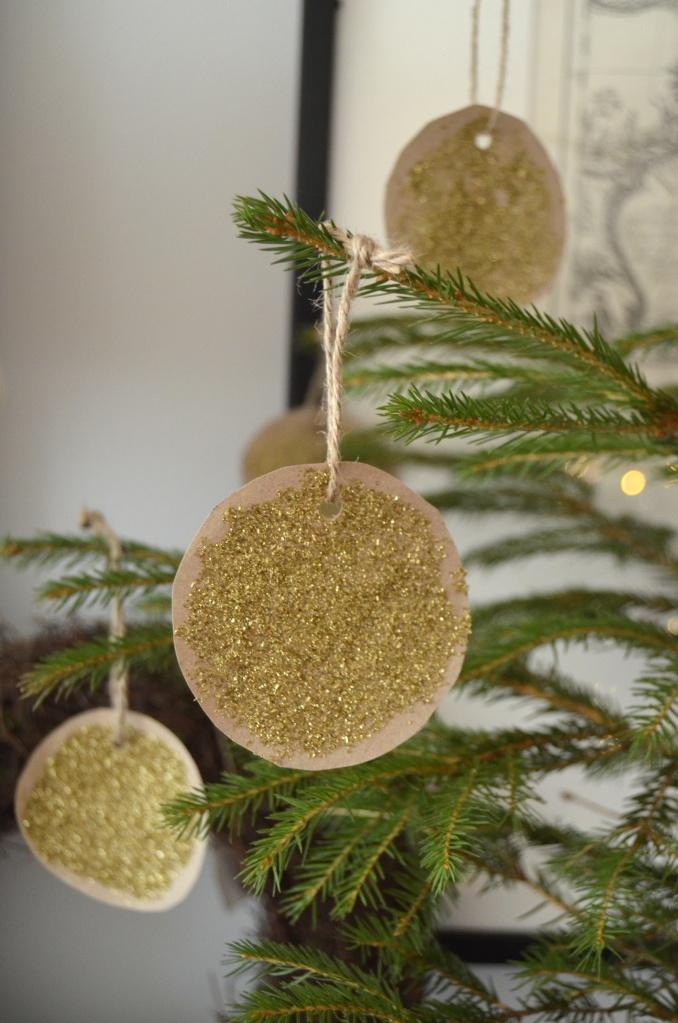 Ein treng ikkje vere gamal for å lage fin julepynt. Å lime, male og teikne er kjekt for stor og små.Og alt blir kjekkare med glitter!