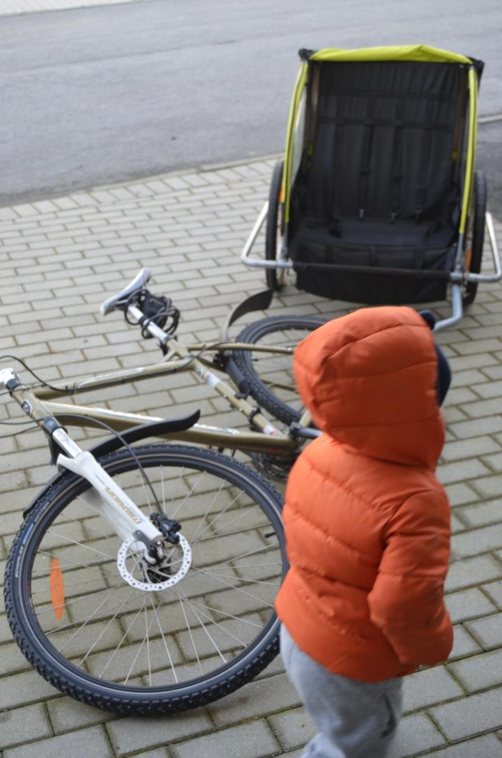 Toåringen er nøgd med at sykkelvogna er tilbake i transportbransjen!